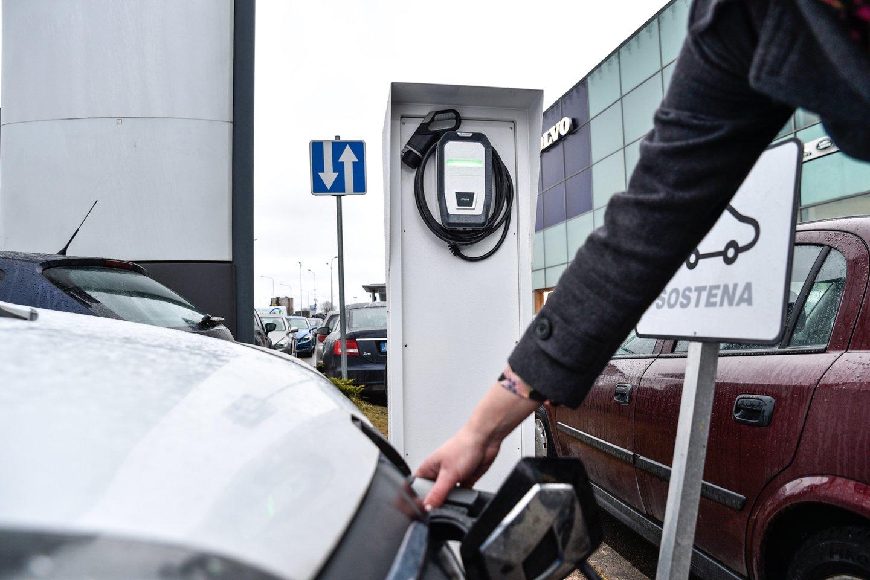 Šiuo metu po Lietuvą išdėstyta net apie 360 elektromobilių įkrovimo stotelių, todėl elektromobilių entuziastai tvirtina, kad po Lietuvą su šia transporto priemone galima keliauti, aišku, laikantis tam tikrų taisyklių.<br>V.Ščiavinsko nuotr.