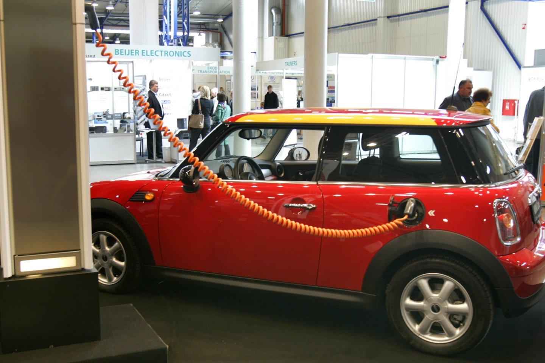 Šiuo metu po Lietuvą išdėstyta net apie 360 elektromobilių įkrovimo stotelių, todėl elektromobilių entuziastai tvirtina, kad po Lietuvą su šia transporto priemone galima keliauti, aišku, laikantis tam tikrų taisyklių.<br>V.Balkūno nuotr.