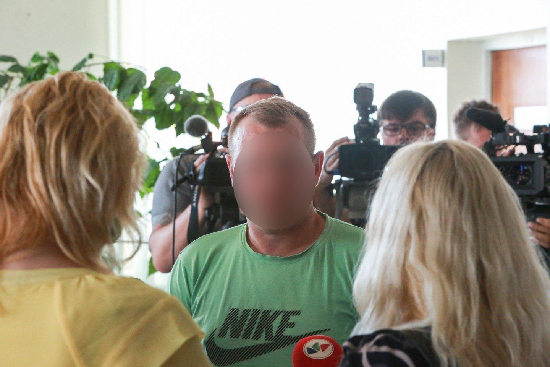 Atnaujinus jurbarkiečio M.Icikevičiaus teismo procesą, parodymus turėtų duoti ir jo auką suradę klasiokai. Vaizdas buvo toks kraupus, kad verkė ir vaikinai (nuotr. nukentėjusios moksleivės tėvas).<br>G.Bitvinsko nuotr.