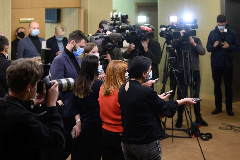 """Portalolrytas.ltredaktorius Tautvydas Mikalajūnas su mokytojais diskutavo ir dalinosi ilgamete savo patirtimi apie žurnalistinio darbo užkulisius, rizikas bei """"fake news"""".<br>V.Skaraičio nuotr."""