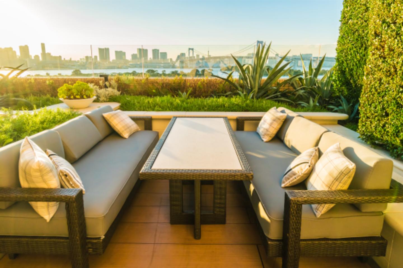 Artėjančios karštos vasaros dienos ir šilti, ilgi vakarai kvies kuo daugiau laiko praleisti atvirose erdvėse – terasose, balkonuose, kiemuose ir soduose.