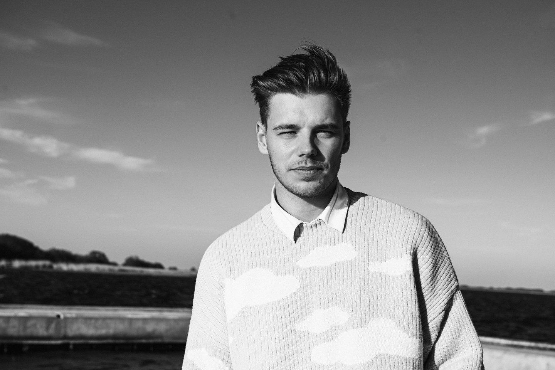 """Romantiškasis Mantas Bendžius pristato tarp bangų įamžintą vaizdo klipą ir dainą """"Šoki su manimi"""".<br>D. Bendžiaus nuotr."""