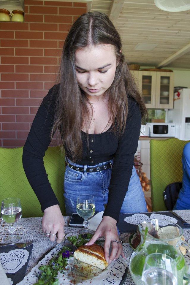 Jolantos vyriausioji dukra, nors ir padeda, pasakiusi, kad sūrinėje niekada nedirbtų.<br>V.Ščiavinsko nuotr.