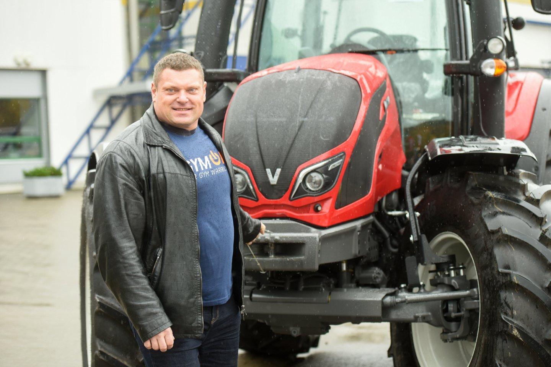 Būtų sunku suskaičiuoti, ar Lietuvos ir pasaulio galiūnas Žydrūnas Savickas daugiau transporto priemonių išbandė vairuodamas, ar jas traukdamas.<br>D.Umbraso nuotr.