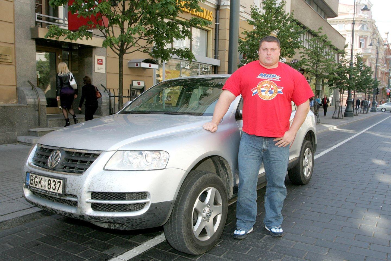 Būtų sunku suskaičiuoti, ar Lietuvos ir pasaulio galiūnas Žydrūnas Savickas daugiau transporto priemonių išbandė vairuodamas, ar jas traukdamas.<br>R.Jurgaičio nuotr.