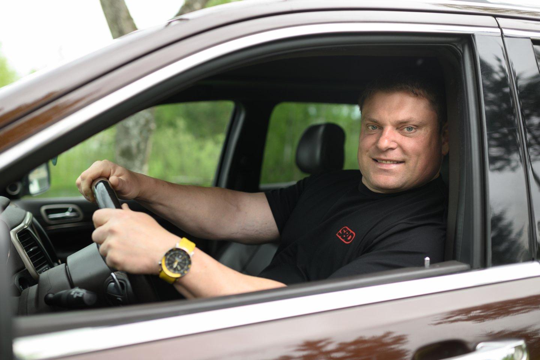 Būtų sunku suskaičiuoti, ar Lietuvos ir pasaulio galiūnas Žydrūnas Savickas daugiau transporto priemonių išbandė vairuodamas, ar jas traukdamas.<br>V.Skaraičio nuotr.