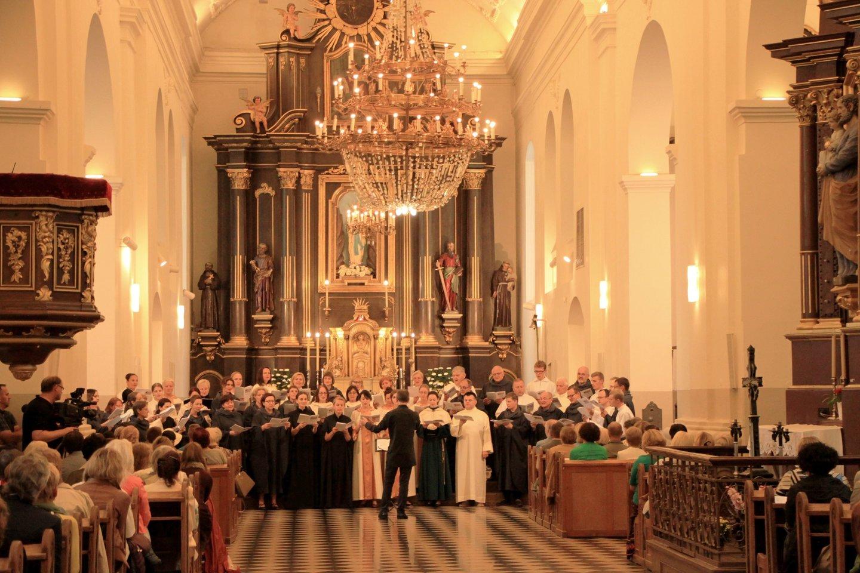 """Choro """"Cantores Montis Pacis"""" koncertas Marijampolės bazilikoje.<br>Nuotr. is organizatorių archyvo."""