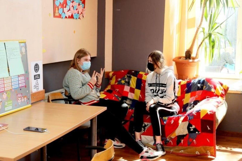 Mergaitės linkusios ramiai pasišnekučiuoti.<br>A.Švelnos ir asmeninio albumo nuotr.