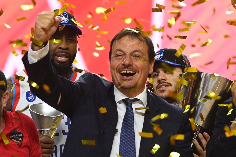"""Eurolygos čempionu pirmąkart tapo Stambulo """"Anadolu Efes"""" klubas, kurį treniruoja Erginas Atamanas.<br>AFP/Scanpix nuoitr."""