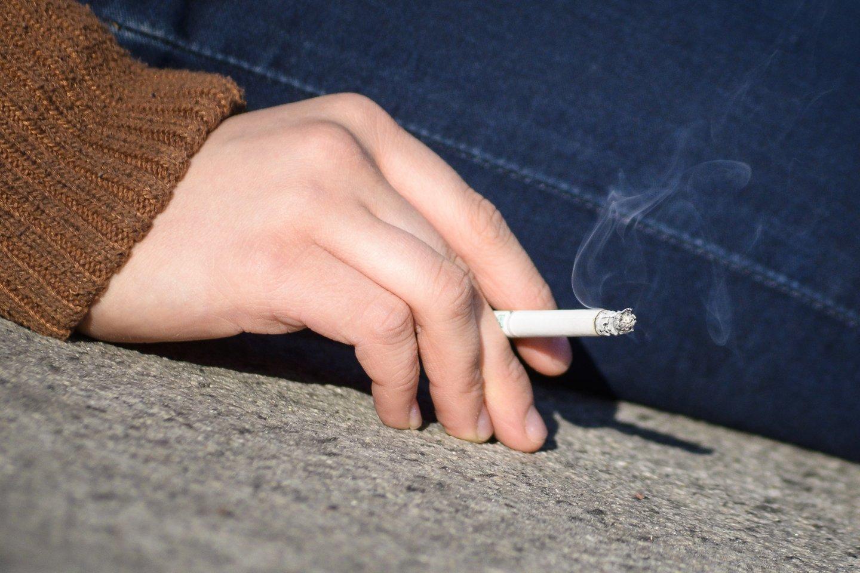 Rūkančiųjų skaičius mažėja, tačiau vis didesnį populiarumą įgauna naujų elektroninių cigarečių ir kaitinamojo tabako gaminių vartojimas.<br>J.Stacevičiaus nuotr.