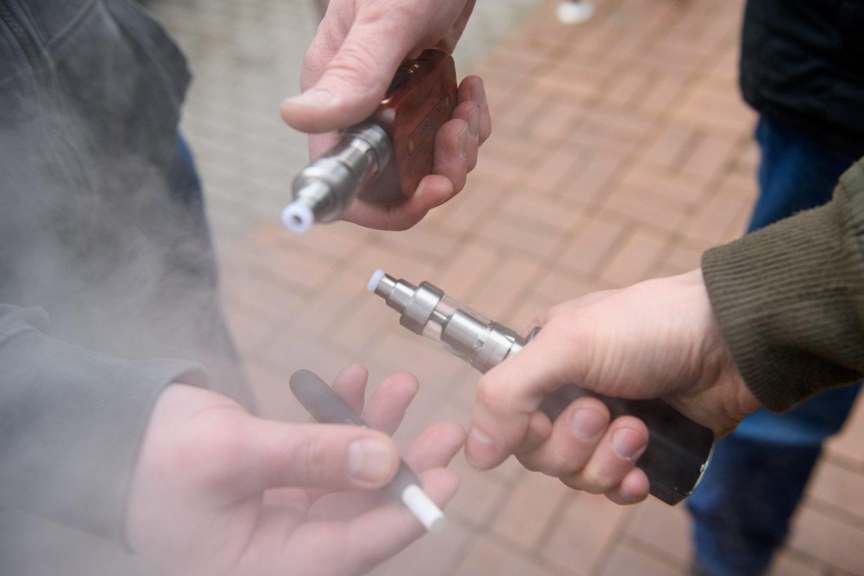Rūkančiųjų skaičius mažėja, tačiau vis didesnį populiarumą įgauna naujų elektroninių cigarečių ir kaitinamojo tabako gaminių vartojimas.<br>D.Umbraso nuotr.