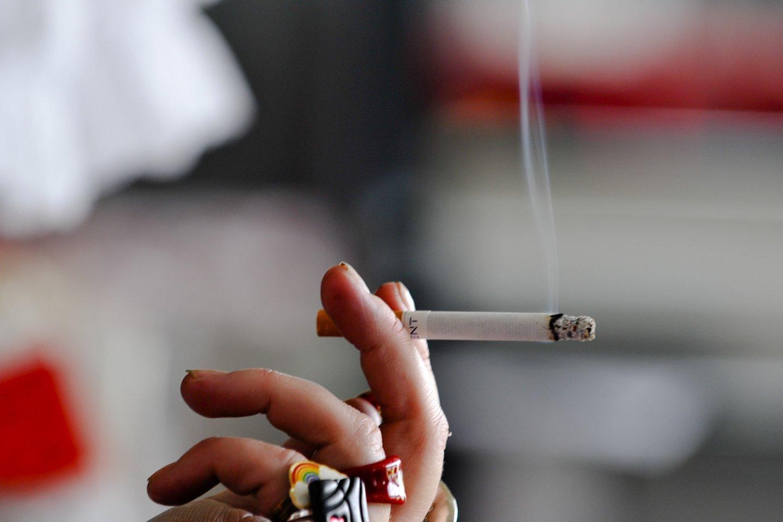 Rūkančiųjų skaičius mažėja, tačiau vis didesnį populiarumą įgauna naujų elektroninių cigarečių ir kaitinamojo tabako gaminių vartojimas.<br>V.Ščiavinsko nuotr.