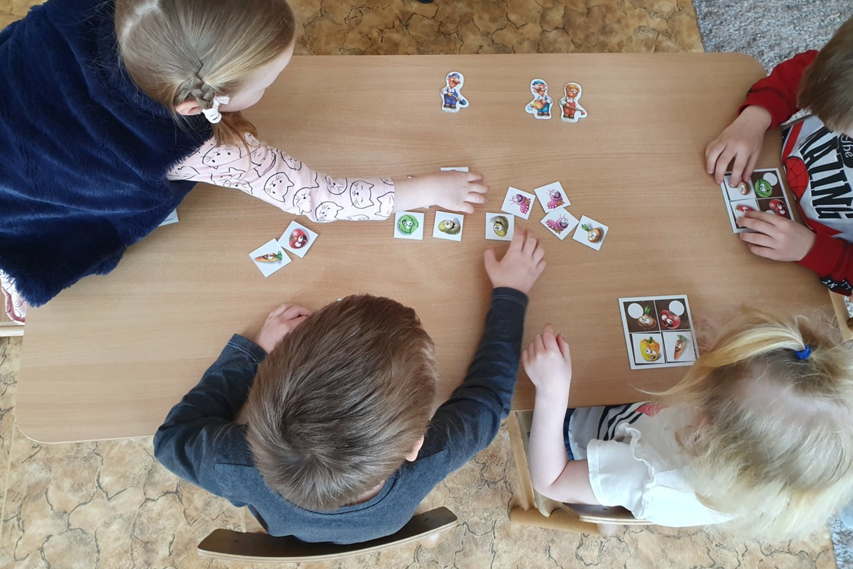 """Žaisdami edukacinius stalo žaidimus vaikai mokosi sveikos gyvensenos pagrindų.<br>Kauno lopšelio-darželio """"Vaidilutė"""" nuotr."""