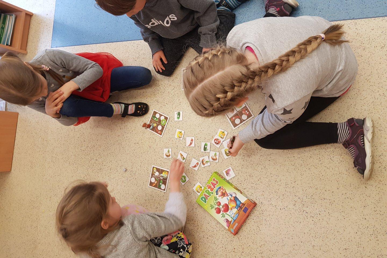 """Žaisdami edukacinius stalo žaidimus vaikai mokosi sveikos gyvensenos pagrindų.<br>Nidos lopšelio-darželio """"Ąžuoliukas"""" nuotr."""
