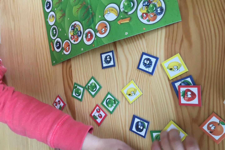 """Žaisdami edukacinius stalo žaidimus vaikai mokosi sveikos gyvensenos pagrindų.<br>Vilniaus spec. lopšelio-darželio """"Žolynėlis"""" nuotr."""
