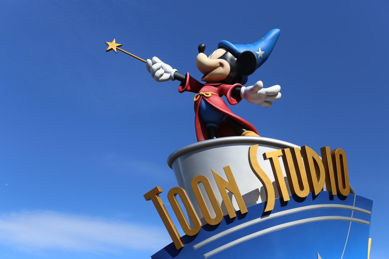 Peliukai Mikis ir Minė, Ančiukas Donaldas, Pinokis bei kiti Disnėjaus personažai pasižymi vienu bendru aksesuaru – pirštinėmis.<br>123rf nuotr.