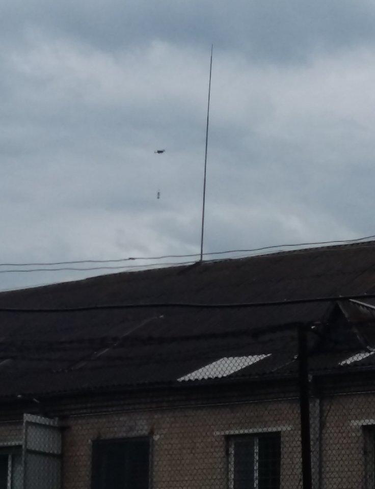 Virš Pravieniškių pataisos namų pasirodęs dronas su telefonais nukrito į pareigūnų rankas.<br>Kalėjimų departamento nuotr.
