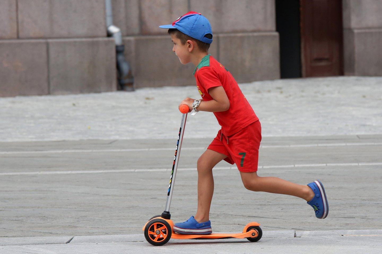 Vyresniems vaikams, kurie jau geba važinėti riedučiais, riedlentėmis, paspirtukais – visais atvejais būtina šalmas, alkūnių, riešų, kelių apsaugos.<br>M.Patašiaus nuotr.