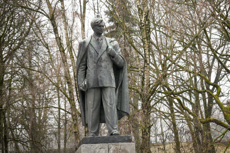Kultūros ministras Simonas Kairys siūlo išbraukti Petro Cvirkos paminklą Vilniuje iš Kultūros vertybių registro.<br>D.Umbraso nuotr.
