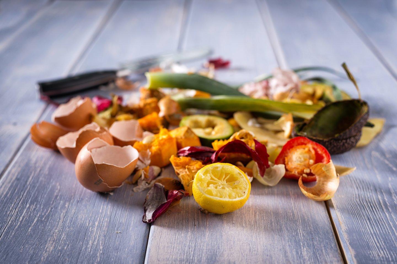 Ėmus rūšiuoti maisto ir virtuvės atliekas, iš jų ne tik sukuriami vertę turintys produktai, bet ir ženkliai sumažėja mišrių atliekų drėgnumas, užterštumas, galiausiai – kiekiai.<br>123rf.com asociatyvi nuotr.