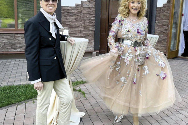 Mados dizaineris Valentinas Judaškinas ir jo suknele pasipuošusi scenos primadona Ala Pugačiova.<br>Soc. tinklų nuotr.