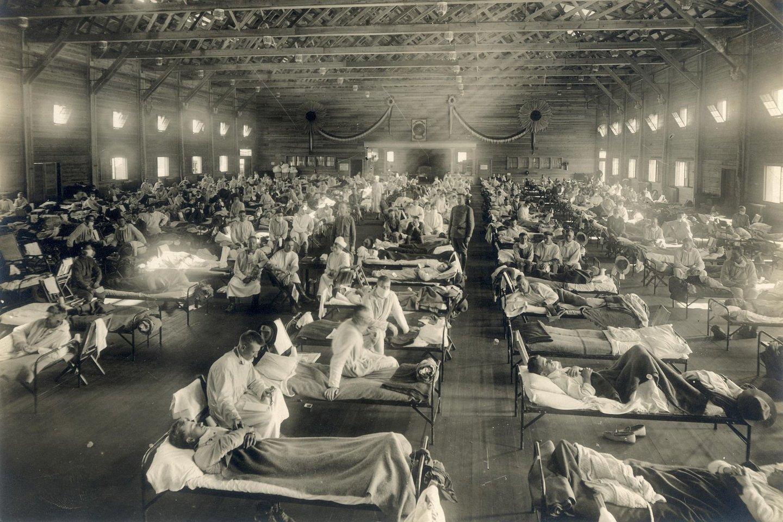 Kareiviai iš Riley forto (Kanzasas), sergantys ispaniškuoju gripu Camp Funston ligoninėje.<br>Wikimedia commons