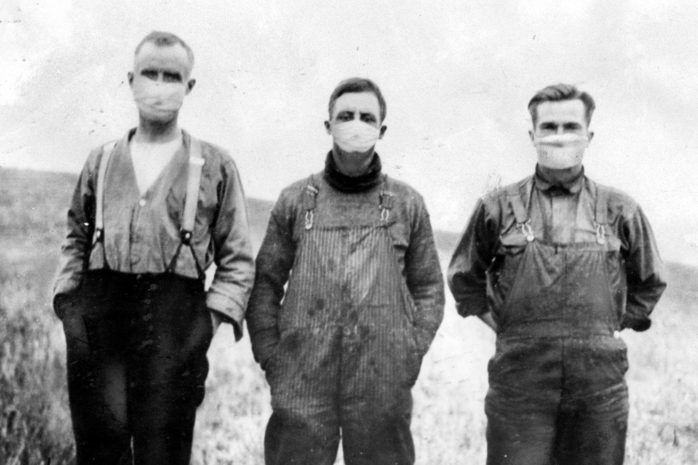 Kanados fermeriai 1918 m. dėvi kaukes.<br>Zumapress / Scanpix nuotr.