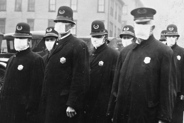 Sietlo policijos pareigūnai ispaniškojo gripo pandemijos metu 1918 m. gruodį dėvi balto audinio veido kaukes.<br>Wikimedia commons