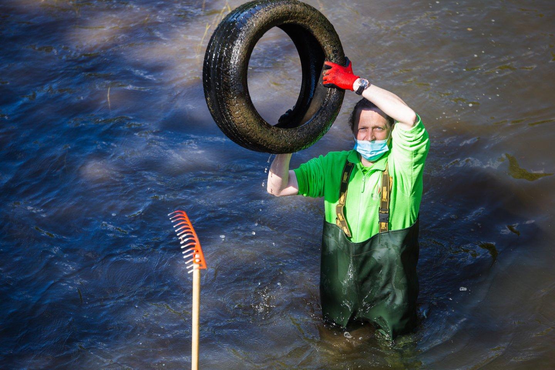 Lietuvos upėse aptikto mikroplastiko dalelių šaltinis gali būti smulkios padangų dėvėjimosi atliekos, suirę maišeliai, pakuotės ir kitos plastiko atliekos per lietaus surenkamuosius tinklus patekusios į upes.<br>River cleanup nuotr.