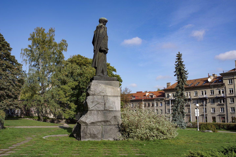 Kultūros ministras Simonas Kairys pasiūlė išbraukti sovietmečio rašytojo ir politinio veikėjo Petro Cvirkos paminklą iš Kultūros vertybių registro.<br>V.Ščiavinsko nuotr.
