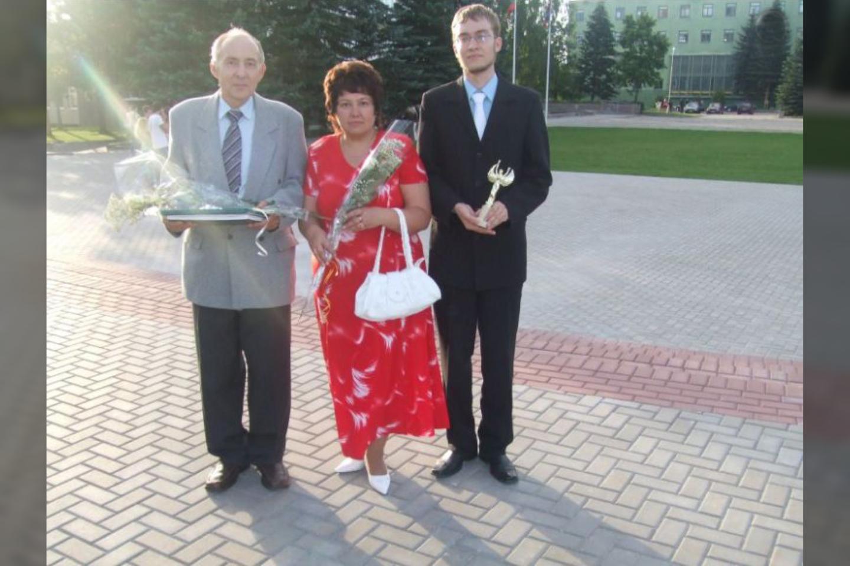 Kęstutis ir Aldona Vyšniauskai su sūnumi per jo vidurinės mokyklos baigimo išleistuves.<br>Asmeninio archyvo nuotr.