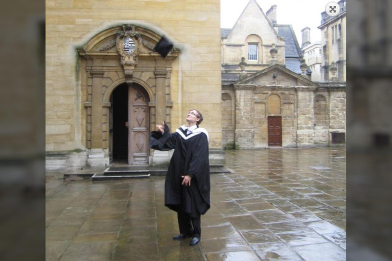 Baigus Oksfordą A. Vyšniausko, kaip ir visų studentų tradicinis mostas: švyst kepurę aukštyn.<br>Asmeninio archyvo nuotr.