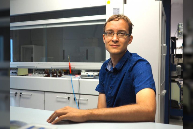 Su visa komanda įnikęs į kvantinės chemijos ir fizikos pasaulį, chemijos mokslų daktaras Aurimas Vyšniauskas sukūrė specialią molekulę – unikalų įrankį ateities mokslininkams<br>Asmeninio archyvo nuotr.