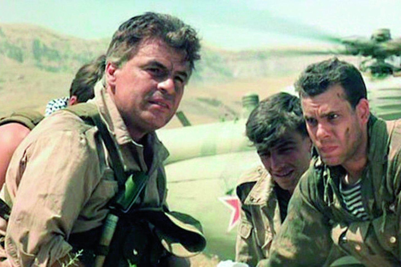 """Sovietiniame filme """"Afganistano lūžis"""" M.Placido (kairėje) vaidino majorą Bandurą.<br>Kadras iš filmo"""
