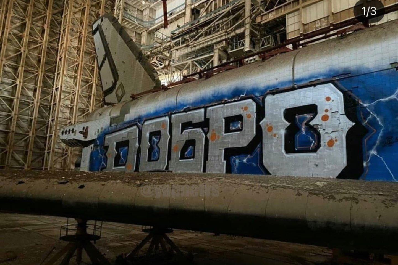Keliomis dienomis anksčiau socialiniuose tinkluose pasklidus pranešimų, kad nežinomi vandalai įsibrovė į erdvėlaivio laikymo vietą ir jį apipaišė grafičiais.