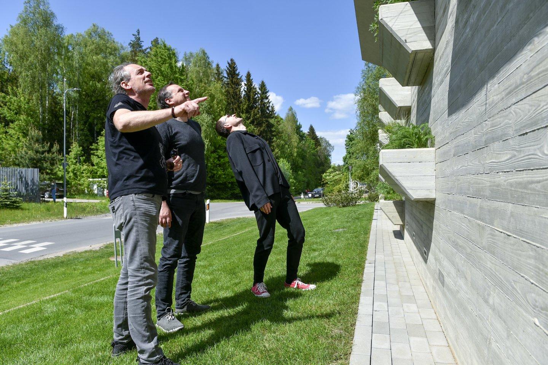 Rolandas, Arūnas ir Edgaras džiaugiasi savo kūriniu.<br>V.Ščiavinsko nuotr.