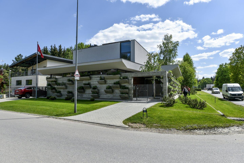 Namą puošia kone 150 betoninių vazonų, kuriuose – šeimininkės priežiūrimas augmenija.<br>V.Ščiavinsko nuotr.