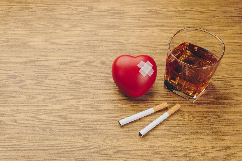 Kardiologai nuolat akcentuoja alkoholio ir tabako žalą širdžiai.<br>Pranešimo spaudai nuotr.