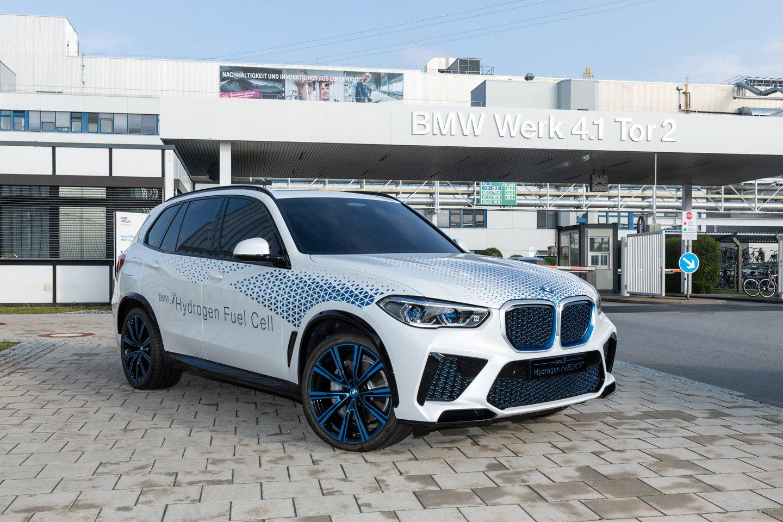 Tačiau BMW pateikė staigmeną – vandenilį ir toliau laiko didele savo ateities dalimi.<br>Gamintojo nuotr.