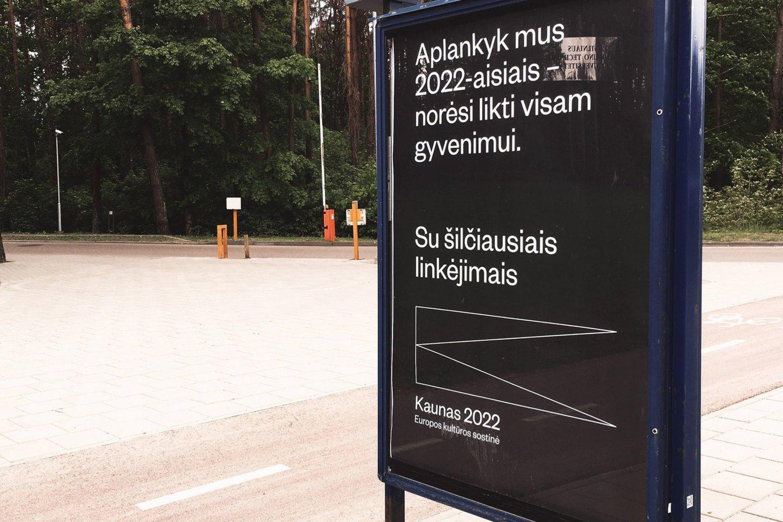 """Stendai su šmaikščiu užrašu iškilo ir Vilniuje.<br>""""Kaunas 2022"""" nuotr."""