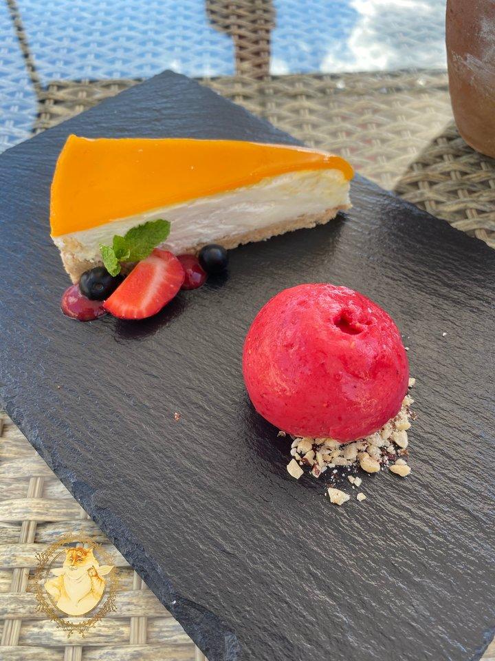 """""""Namų restoranas"""" Birštone. Gaivus mangų skonio sūrio pyragas – 5,50 euro.<br>Nuotr. iš tinklaraščio """"Riebus katinas""""."""