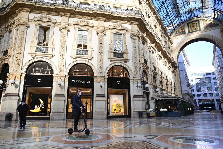 """Prekės ženklas """"Louis Vuitton"""" išlaiko identišką vaizdą vitrinose visame pasaulyje."""