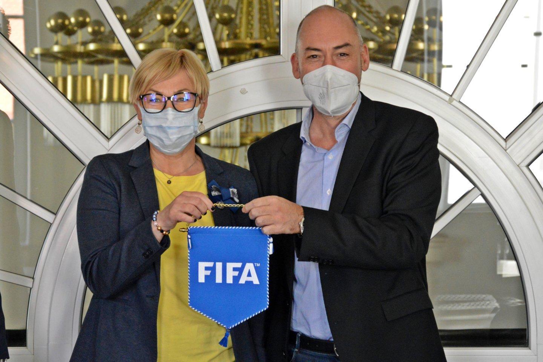Švietimo, mokslo ir sporto ministrė Jurgita Šiugždinienė penktadienį susitikime su FIFA turnyrų vadovu Jaime Yarza.<br>smsm nuotr.