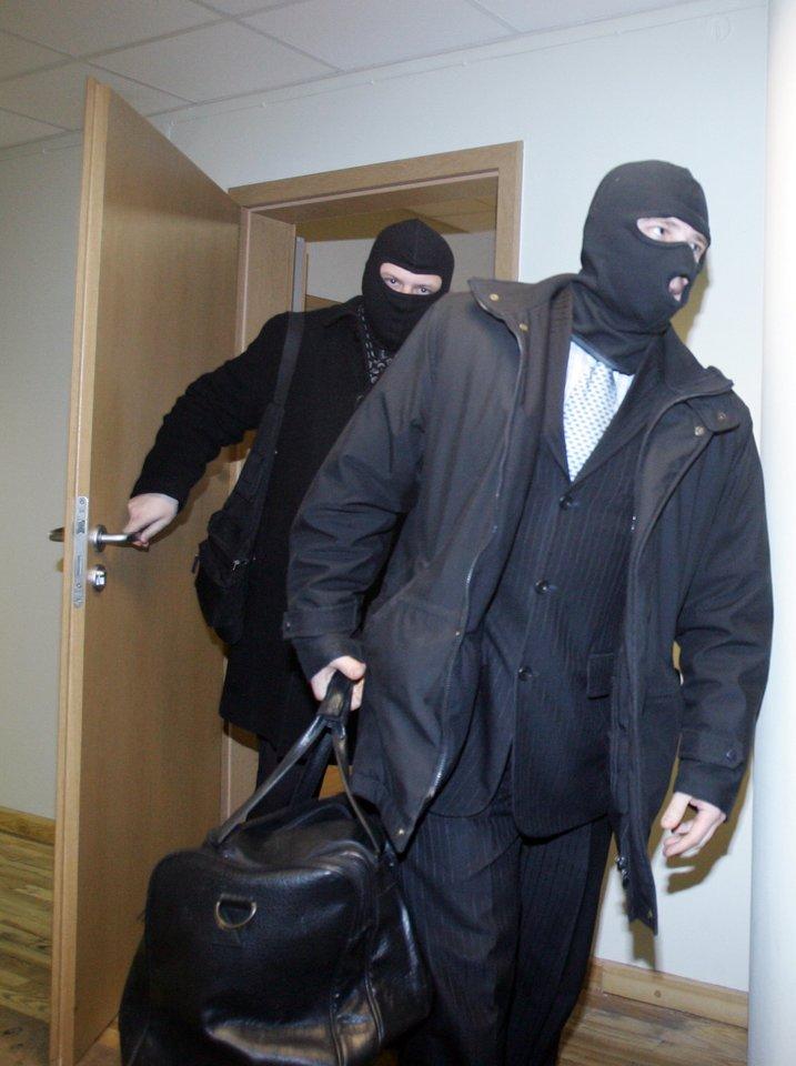 Specialieji agentai mėgsta rengti parodomąsias akcijas, bet nutyla ir pabruka uodegą, kai bylos subliūkšta teisme.<br>V.Balkūno nuotr.