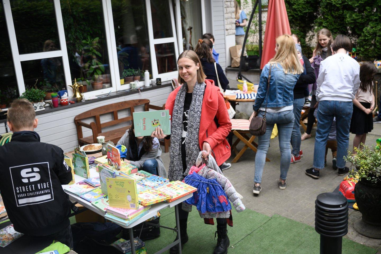 Antradienį naudotais vaikų drabužiais vilnietės keitėsi Karių Kapų gatvėje.<br>V.Skaraičio nuotr.
