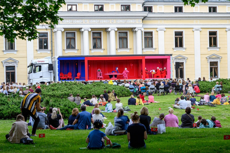 """G.B.Pergolesi opera """"Tarnaitė ponia"""" skambėjo Verkių rūmų parke Vilniuje.<br>M.Aleksos nuotr."""