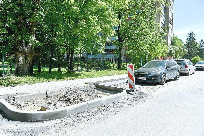 Automobilių stovėjimo vietos mažinamos salelėmis – esą gyventojų labui.<br>V.Ščiavinsko nuotr.