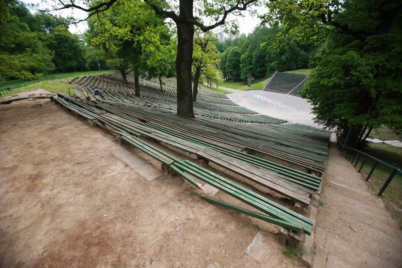 Dainų slėnis apleistas, suolai aplūžę, nors šios erdvės rekonstrukciją planuota pradėti dar prieš ketverius metus.<br>G.Bitvinsko nuotr.
