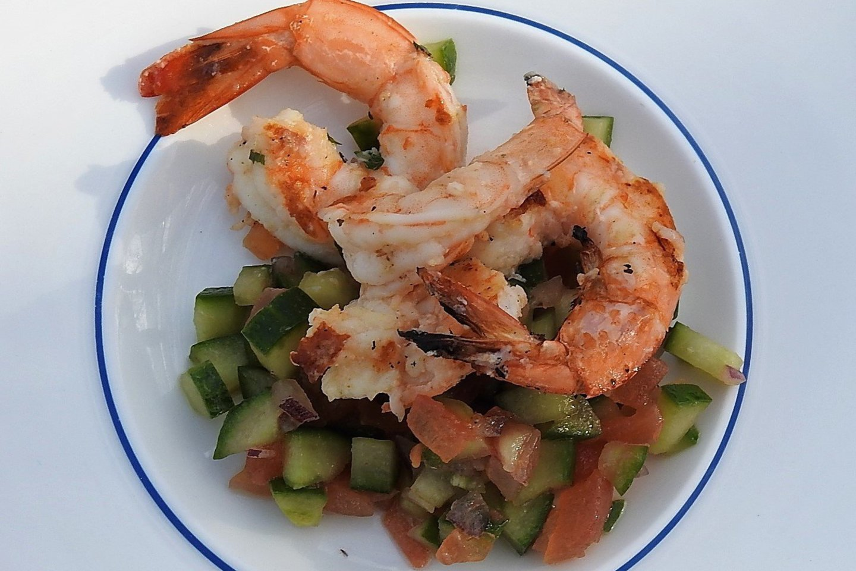 Krevetės su daržovių salsa.<br>G.Pilaičio nuotr.