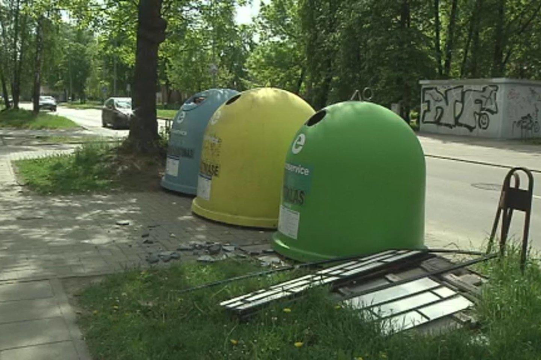 Gyventojų skundai dėl perpildytų atliekų konteinerių – bevaisiai.<br>Stop kadras